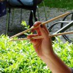 Как правильно держать палочки для суши в Японии?