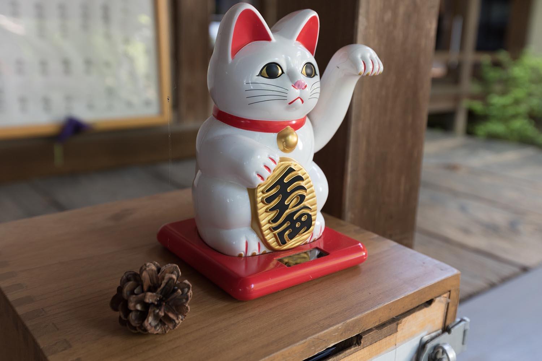 Манэки-нэко на входе в дом